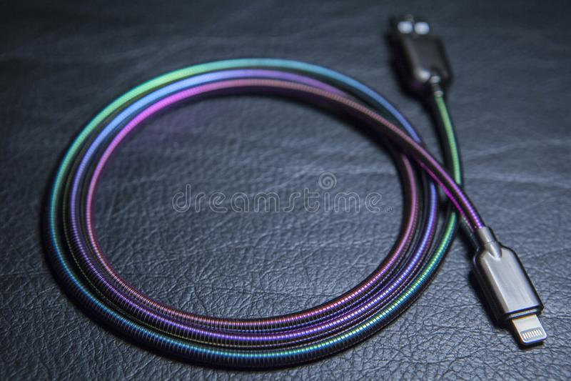 手机充电器缆绳皮革背景 免版税库存图片