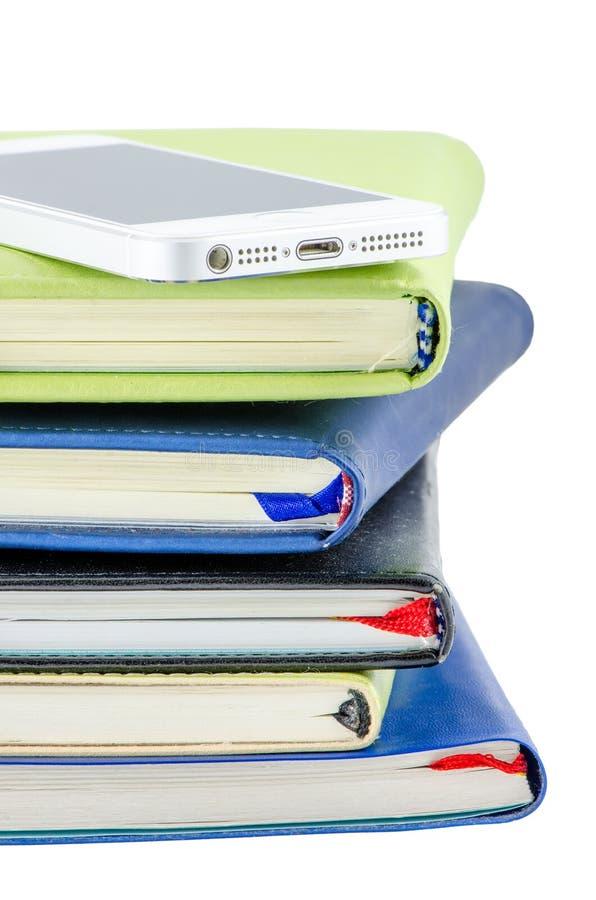 手机和堆书 免版税库存照片