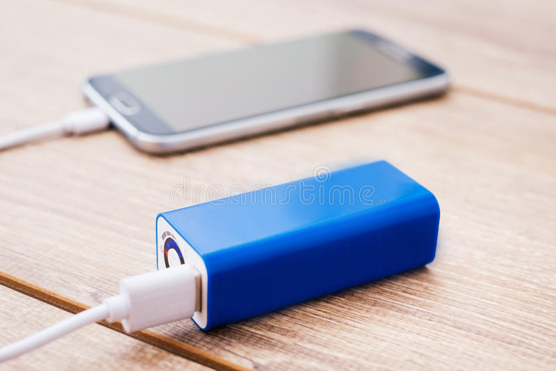 手机和电池功率在办公桌开户充电器 免版税图库摄影