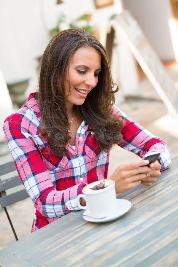手机咖啡妇女 库存图片