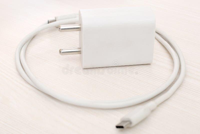 手机白色适配器充电器的图片 图库摄影
