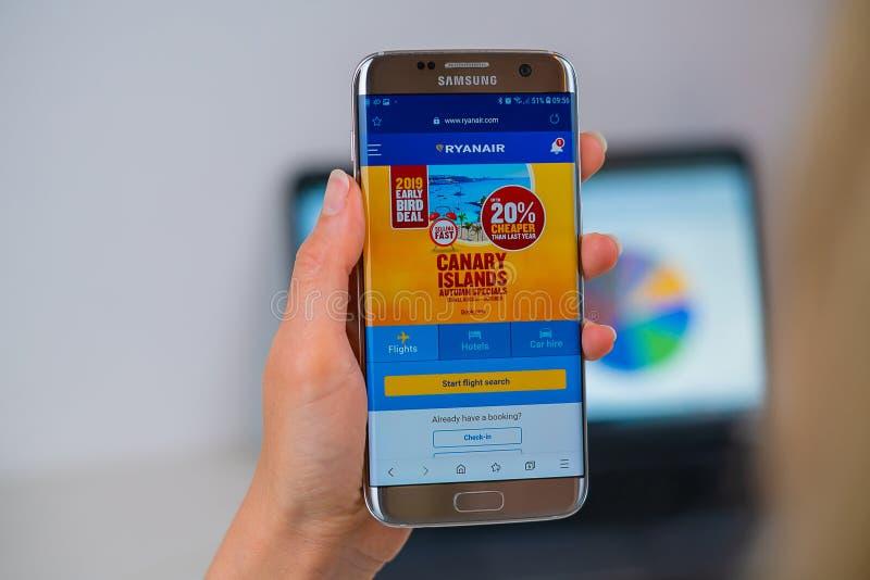 手机的瑞安航空公司网站 免版税图库摄影