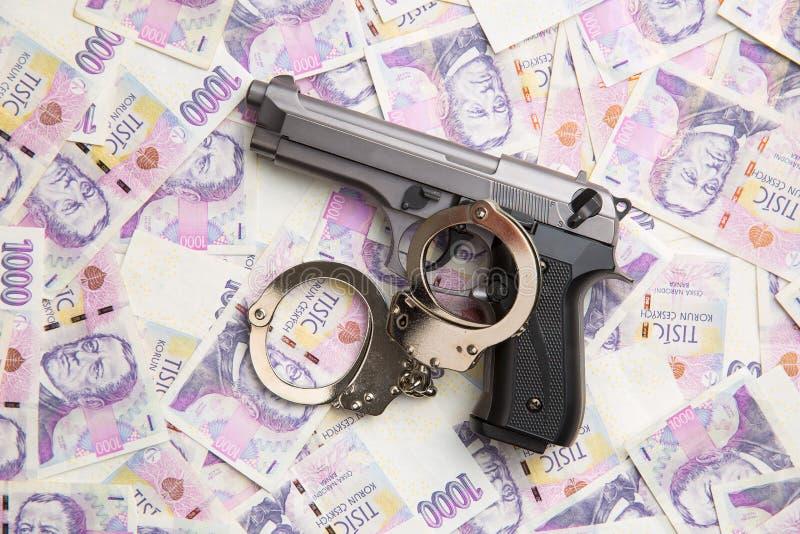 手枪、手铐和金钱 库存图片