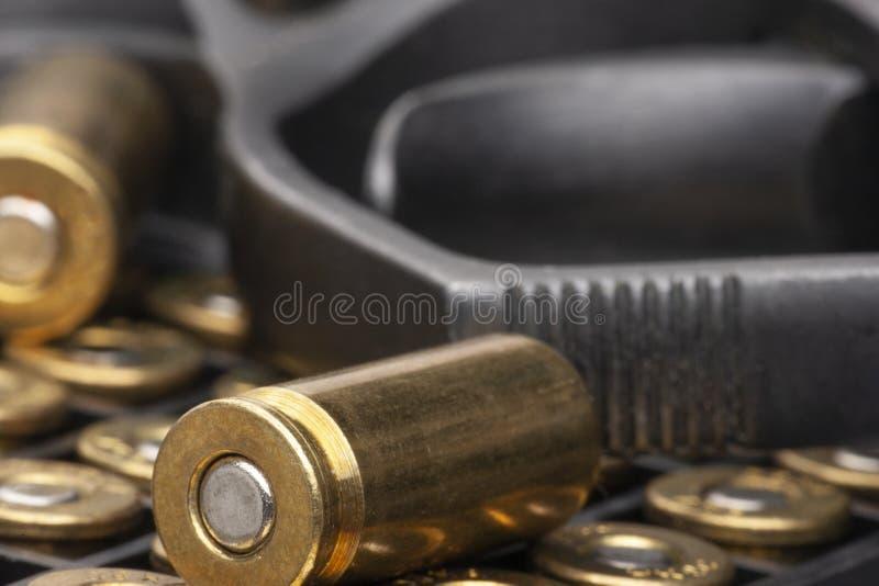 手枪和在白色背景隔绝的子弹特写镜头 限制小型武器传播的概念  免版税图库摄影
