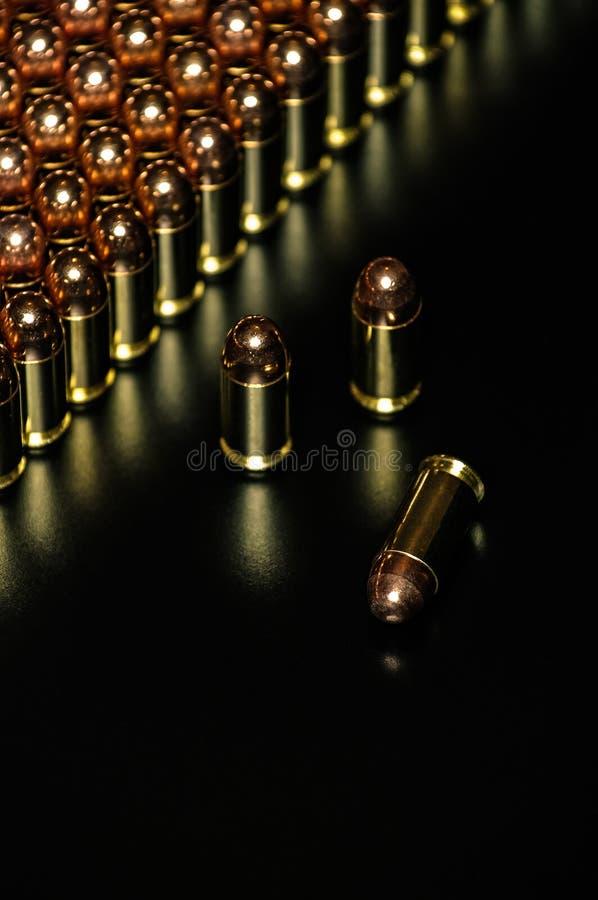 手枪弹药有黑暗的背景 库存图片