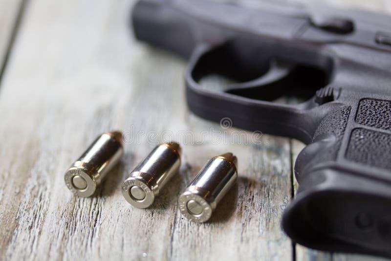 手枪手枪和子弹 免版税库存照片