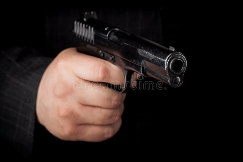 手枪特写镜头照片在男性手上 免版税库存图片