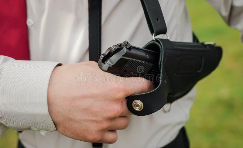 从手枪皮套的枪 免版税库存图片
