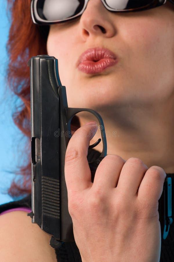 手枪红发妇女 库存图片