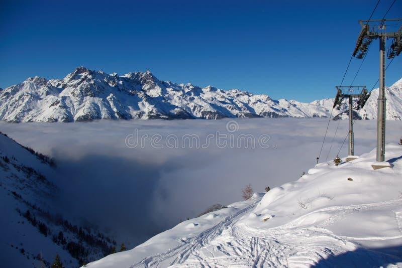 手段滑雪视图冬天 免版税库存照片