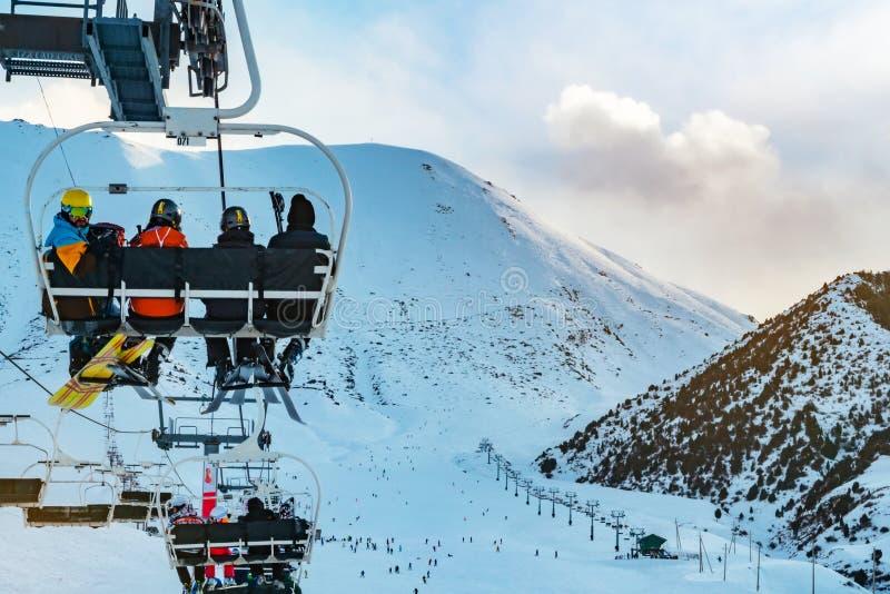 手段滑雪 驾空滑车乘驾的滑雪者 图库摄影