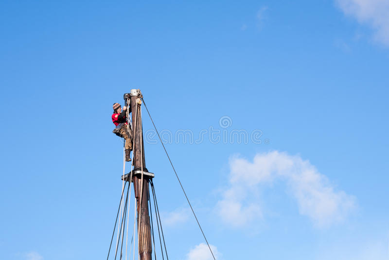水手海员工作员装配危险工作的上面帆柱水平 库存照片