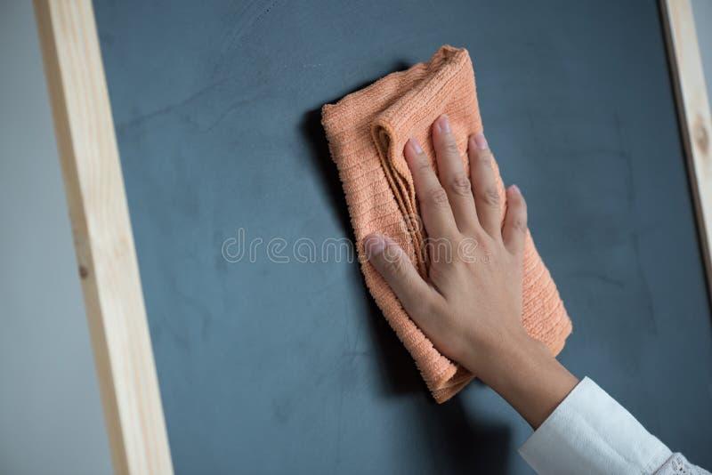 手清洁黑板 免版税图库摄影