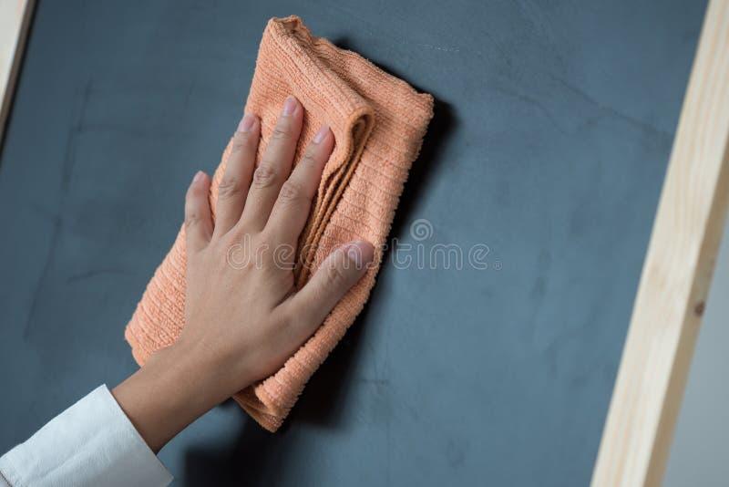 手清洁黑板 库存照片
