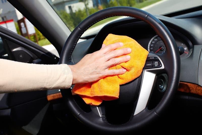 手清洁汽车。 免版税库存图片