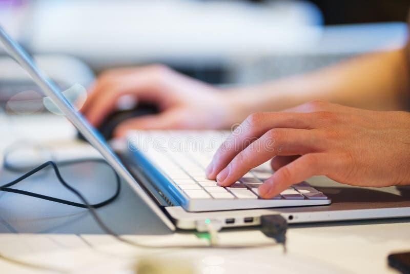 手特写镜头膝上型计算机 计算机,手键盘,当工作个人计算机时 免版税库存图片