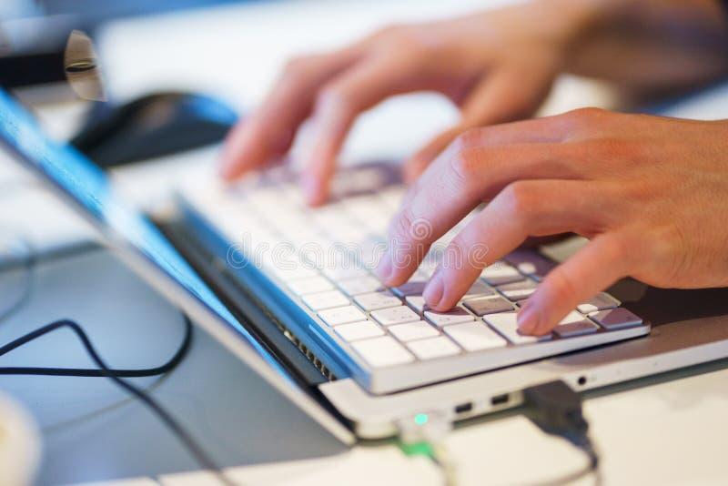 手特写镜头膝上型计算机 计算机,手键盘,当工作个人计算机时 库存图片