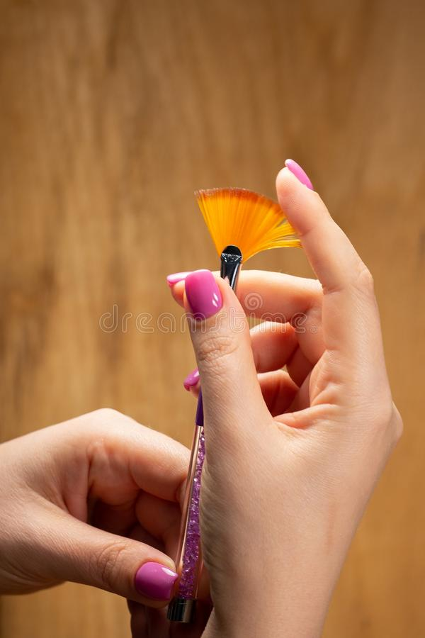 手特写镜头视图有年轻女人修指甲的  免版税图库摄影