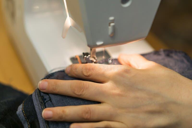 手特写镜头缝纫机的,缝的t一名yong妇女 图库摄影