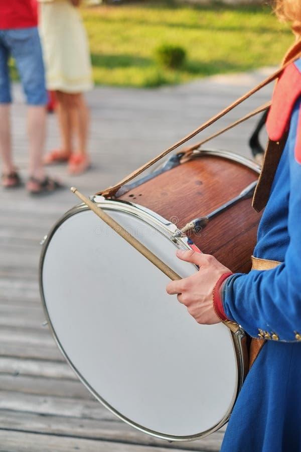 手用鼓棍子和一个大鼓 图库摄影
