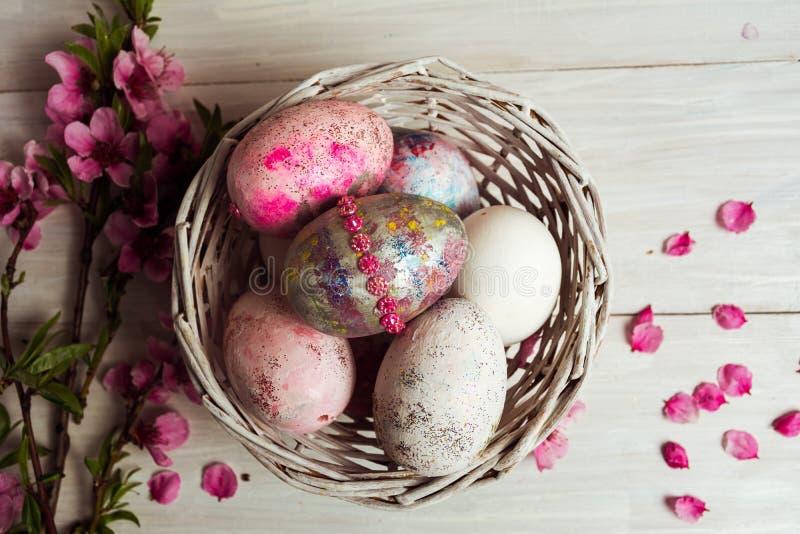 手画五颜六色的复活节彩蛋 免版税库存图片