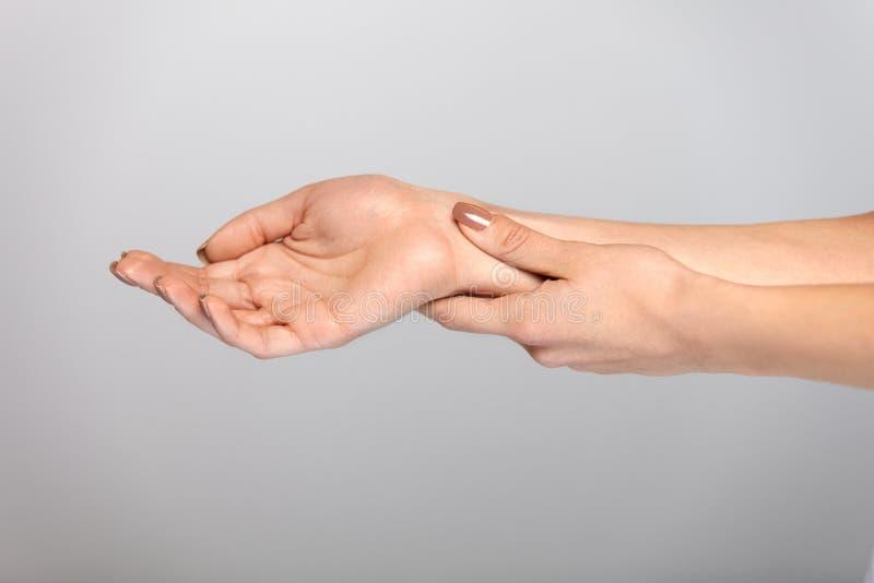 手痛苦 充满痛苦的感觉的特写镜头美好的女性手 免版税库存图片