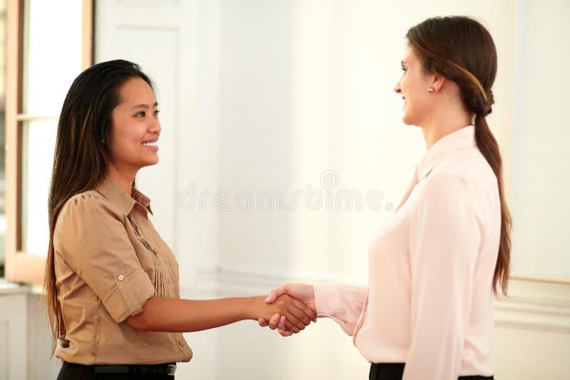 给手的两位专业女性招呼 免版税图库摄影