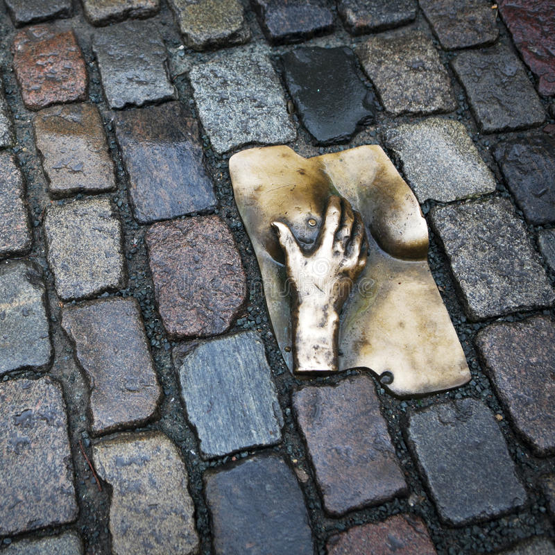手的古铜色安心在Oudekerkspl爱抚一个女性乳房 库存照片