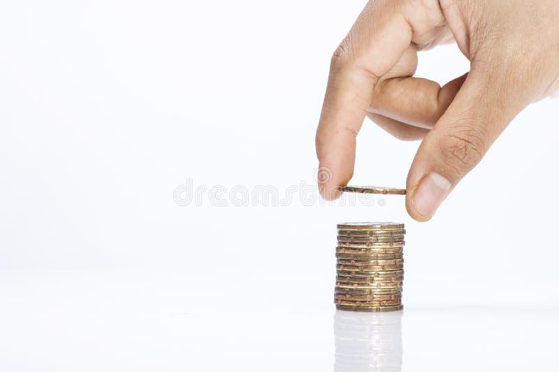 手的图象投入了硬币对堆与拷贝空间背景挽救概念的硬币 免版税库存照片