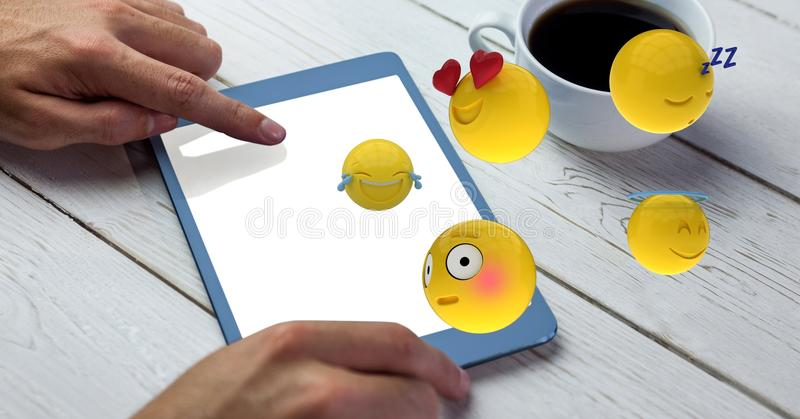 手的数字式综合图象使用片剂个人计算机的有飞行在桌的emojis的 皇族释放例证