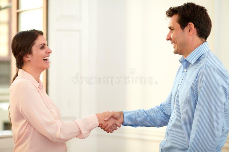 给手的男性和女性工友招呼 库存照片