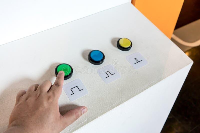 手紧迫绿色按钮控制器 免版税图库摄影