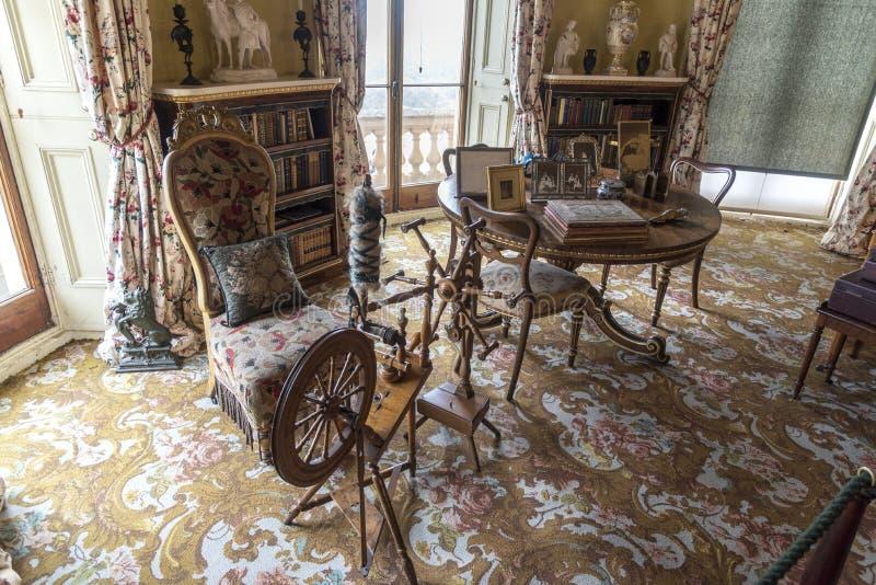 手纺车和桌在奥斯本安置怀特岛郡 免版税图库摄影