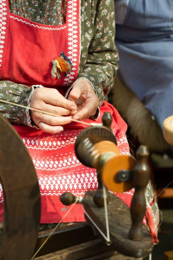 手纺车的妇女 免版税库存照片