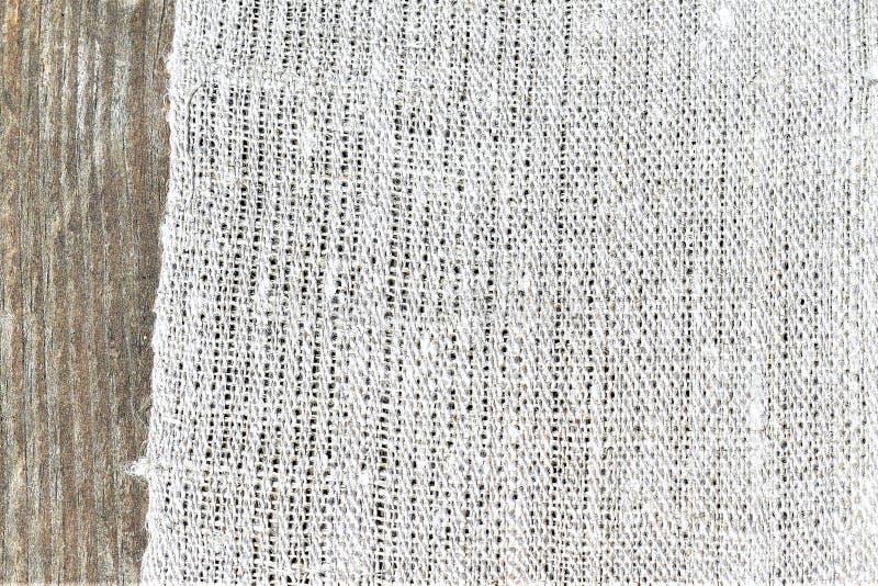 手织的手转动的亚麻布特写镜头  纺织品 免版税库存照片