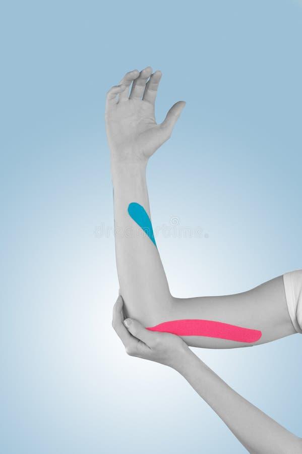 手肘痛苦、疼痛和紧张的物理疗法 免版税库存照片