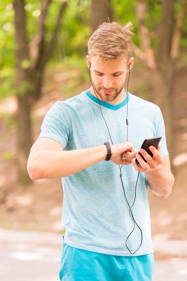 手腕带小配件 被设定的健身跟踪仪 e 有用的设置 运动员检查健身跟踪仪自然 免版税库存图片