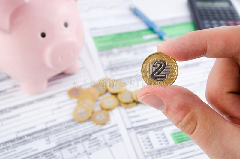 手藏品波兰人硬币 波兰报税表在背景中 库存照片