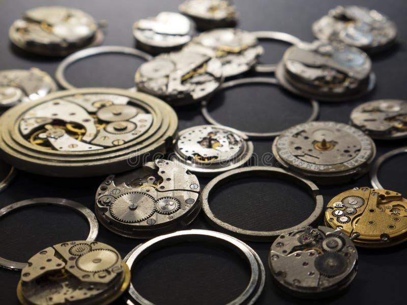 手表和他们的部分机制在黑背景 库存照片