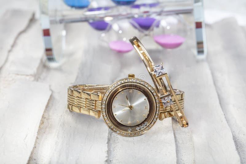 手表和袖口 手表与和镯子首饰 免版税图库摄影