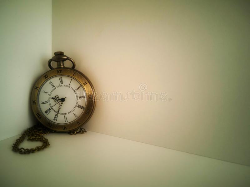 手表运载在白色背景安置的一个古色古香的袋子 It';s古董 库存图片