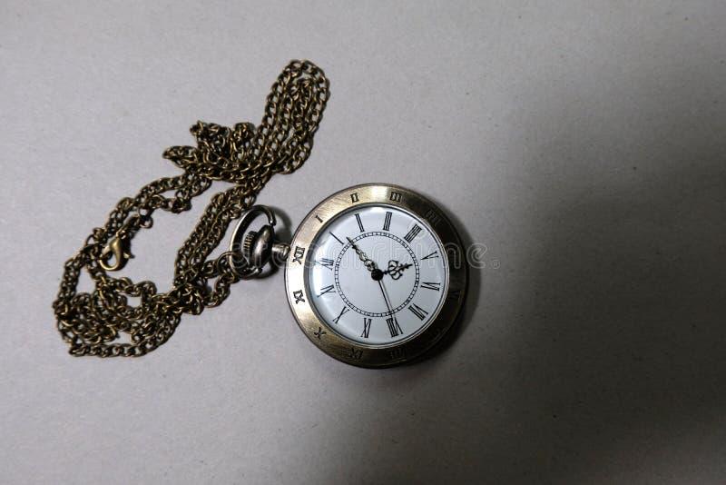 手表运载在黑背景安置的一个古色古香的袋子 库存照片