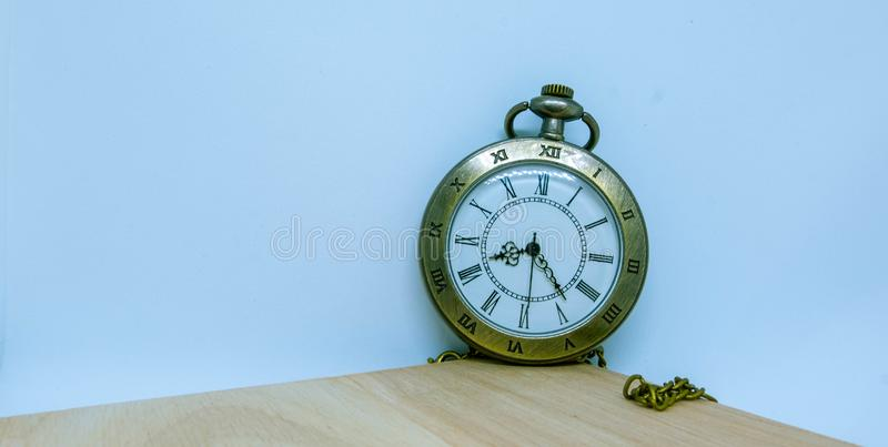 手表,在木头安置的在角落和项链 免版税库存照片