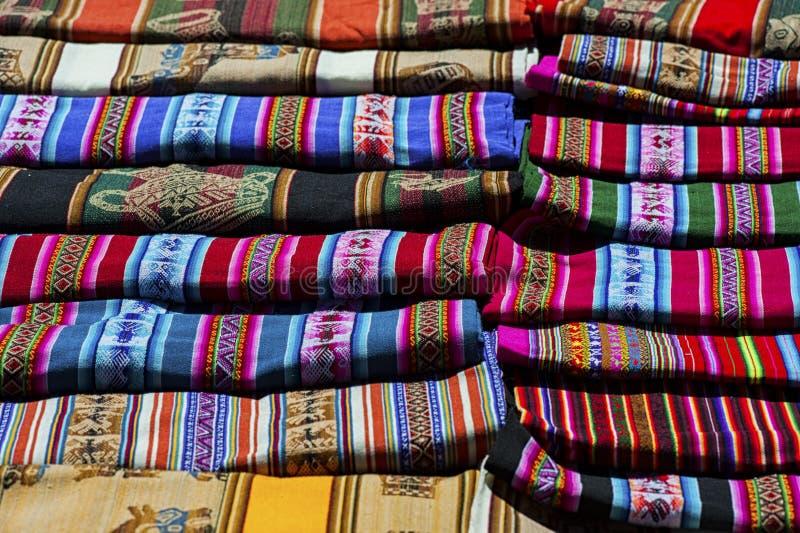 手被编织的服装和纺织品的选择在Tarabuco,玻利维亚地方星期天市场上计划的待售  库存照片