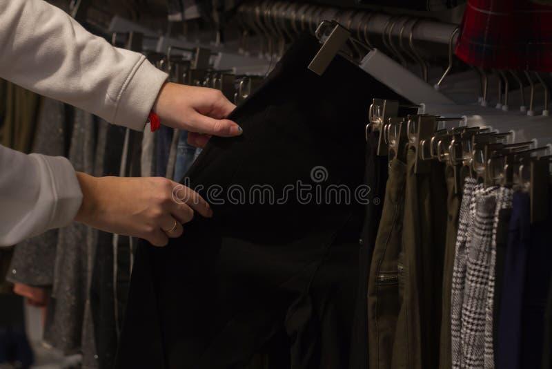 手裤子浏览机架  库存照片