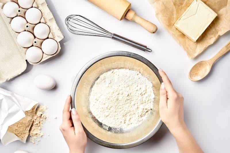 手过滤面粉 面包店为做准备做蛋糕 顶视图. 平分, 巴西.图片