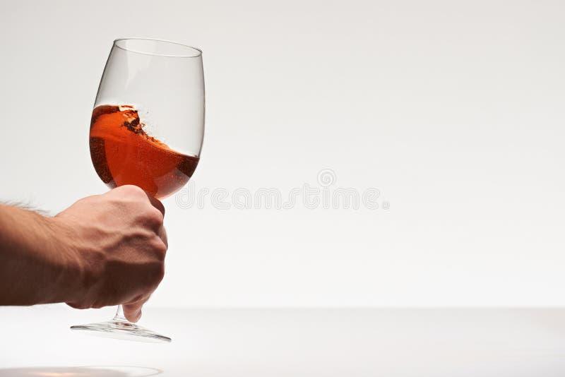 手采取红葡萄酒玻璃 免版税库存图片