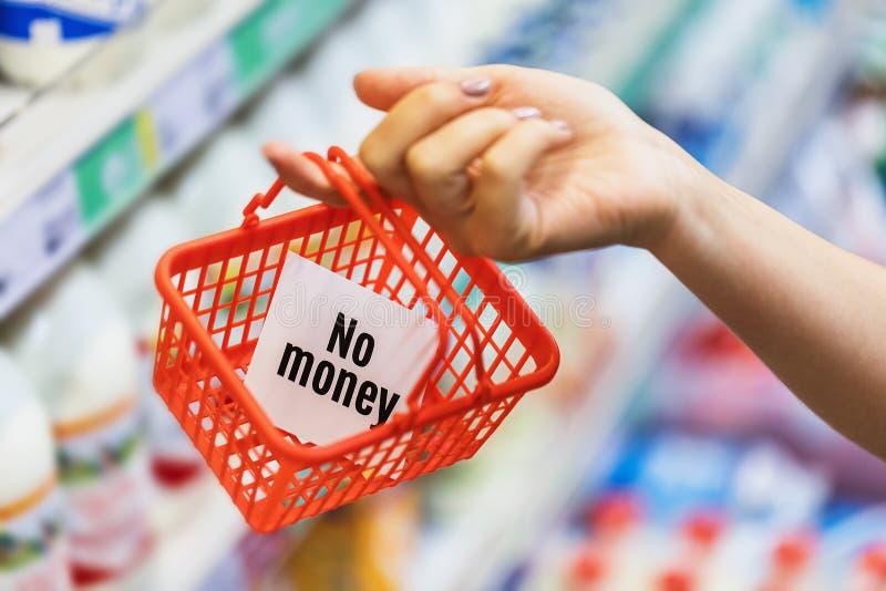 手里拿着一个空的小杂货篮。关于缺少现金购买粮食的概念。没有钱,但你要坚持。手里拿着空的å 免版税库存照片