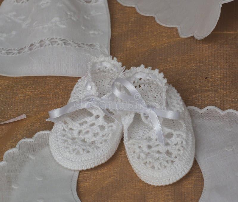 手钩针编织的童鞋AtMarket在Loule葡萄牙 免版税库存照片