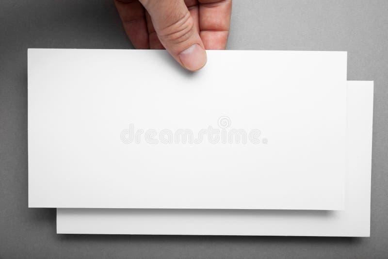 手陈列空白白色DL飞行物小册子小册子 传单介绍 免版税库存照片